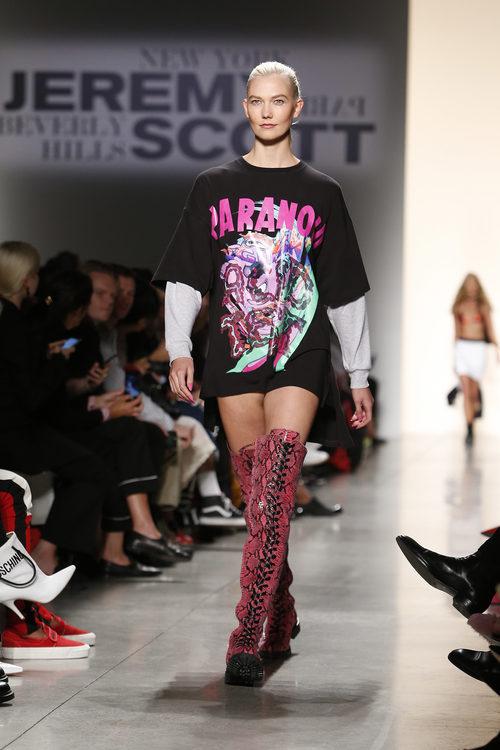 Camiseta maxi y botas rosas de Jeremy Scott de la colección primavera/verano 2018 para Nueva York Fashion Week