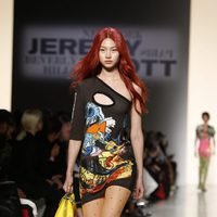 Vestido asimétrico corto de Jeremy Scott de la colección primavera/verano 2018 para Nueva York Fashion Week