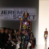 Vestido negro de transparencias y pedrería de Jeremy Scott de la colección primavera/verano 2018 para Nueva York Fashion Week