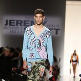 Chaqueta azul y pantalón militar masculino de Jeremy Scott de la colección primavera/verano 2018 para Nueva York Fashion Week