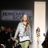 Cazadora y botas plateadas con falda transparente de Jeremy Scott de la colección primavera/verano 2018 para Nueva York Fashion Week