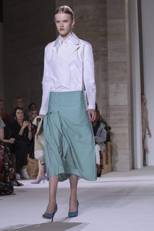 Falda de vuelo de Victoria Beckham primavera/verano 2018 en la New York Fashion Week
