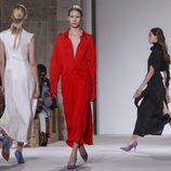 Looks monocromáticos de Victoria Beckham primavera/verano 2018 en la New York Fashion Week