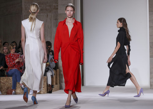 Looks monocromáticos de Victoria Beckham primavera/verano 2018 en la New York Fashion Week