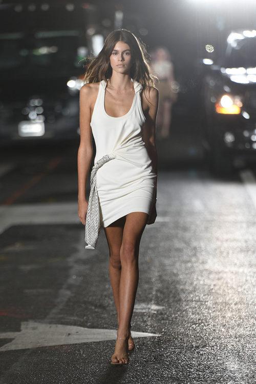 Kaia Gerber desfilando para Alexander Wang en la Nueva York Fashion Week primavera/verano 2018