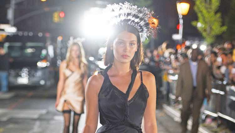 Bella Hadid desfilando para Alexander Wang en la Nueva York Fashion Week primavera/verano 2018
