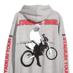 Sudadera gris con estampado de una moto de la colaboración de H&M con Justin Bieber