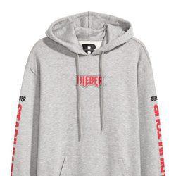 Sudadera gris con letras rojas de la colección de H&M con Justin Bieber