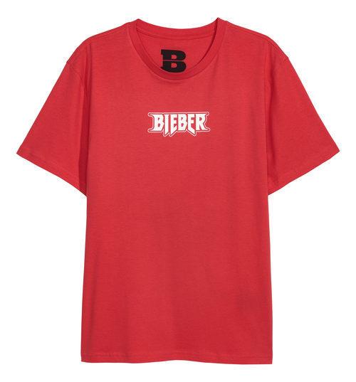 Camiseta roja con letras blancas de la colección de H&M con Justin Bieber