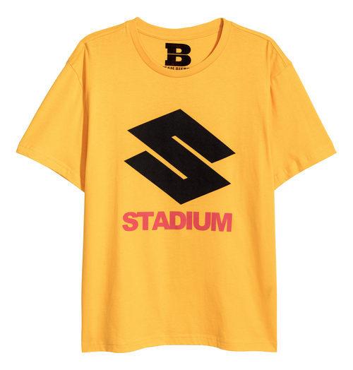 Camiseta amarilla con letras negras y rojas de la colaboración de H&M con Justin Bieber