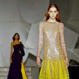 Vestido amarillo brillante de Carolina Herrera primavera/verano 2018 en la New York Fashion Week