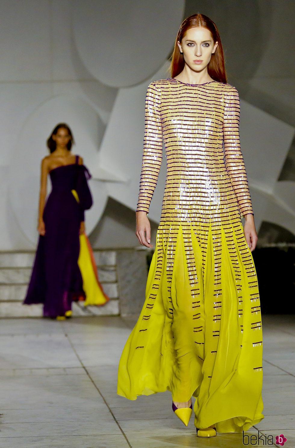 vestido amarillo brillante de carolina herrera primavera verano 2018 en la new york fashion week. Black Bedroom Furniture Sets. Home Design Ideas