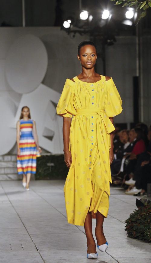 Vestido amarillo de Carolina Herrera primavera/verano 2018 en la New York Fashion Week