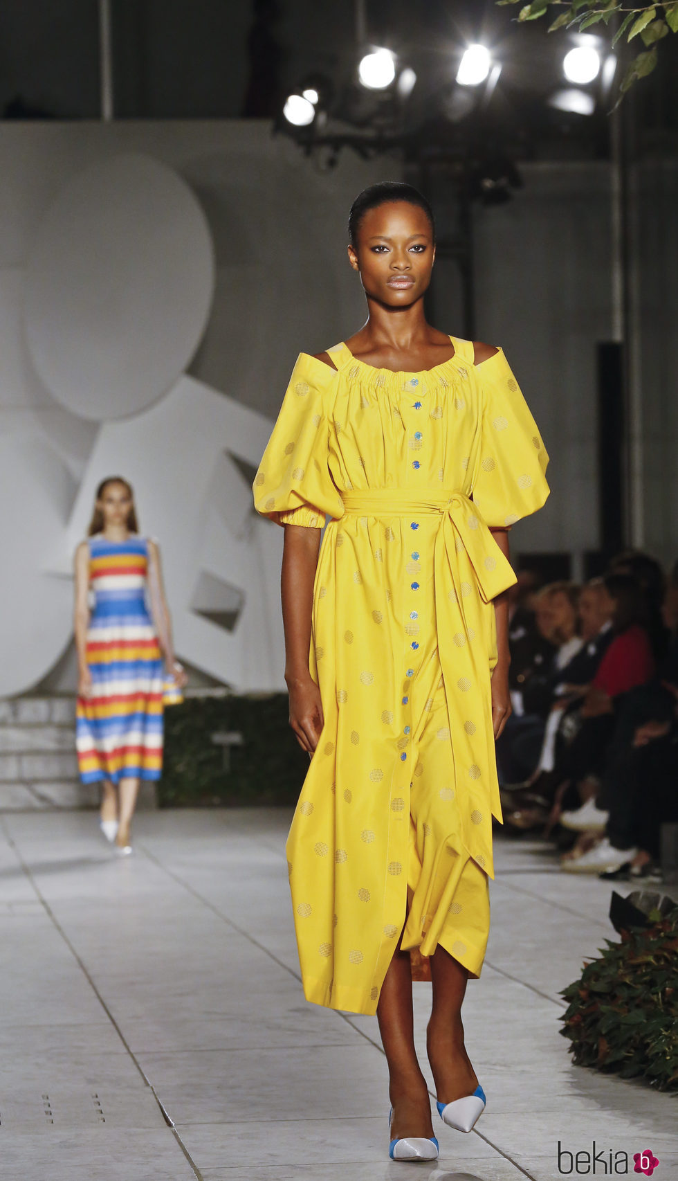 b55d3de0530fc Anterior Vestido amarillo de Carolina Herrera primavera verano 2018 en la New  York Fashion Week