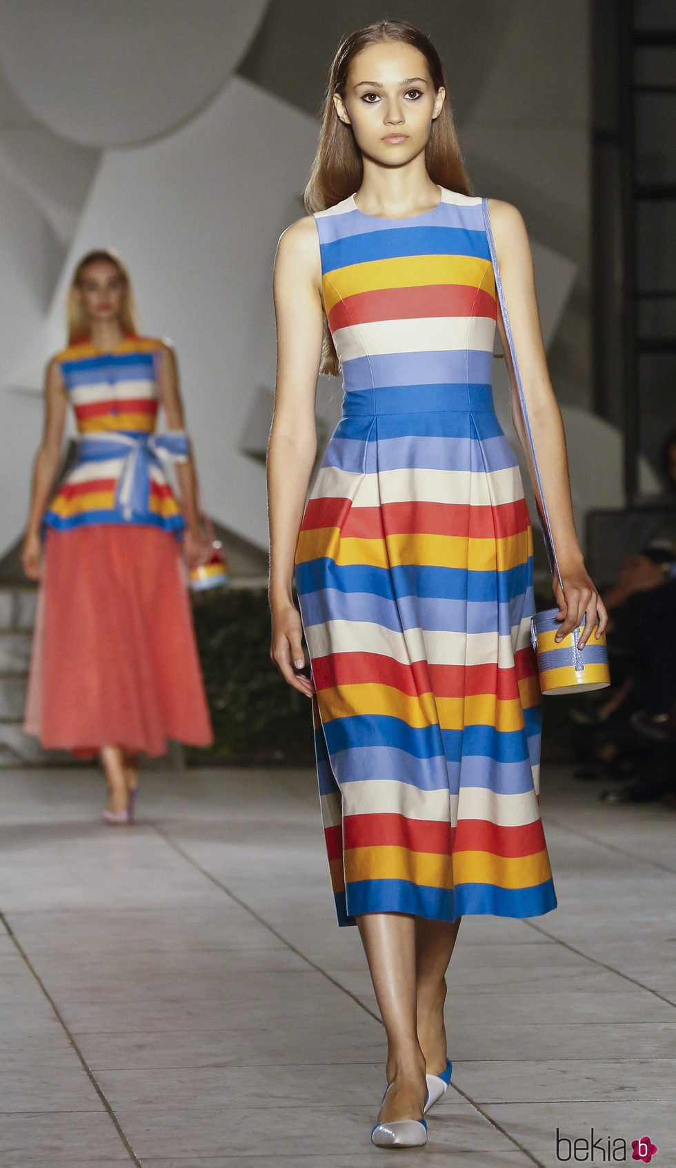 dd7d4b908823e Vestido de rayas de Carolina Herrera primavera verano 2018 en la New York  Fashion Week