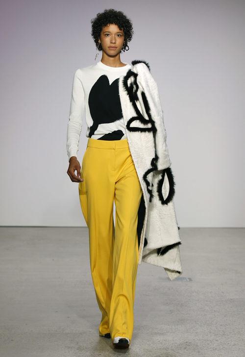 Pantalón ancho amarillo de Oscar de la Renta primavera/verano 2018 para la Nueva York Fashion Week
