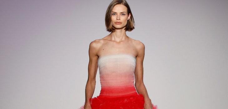Vestido degradado rojo de Oscar de la Renta primavera/verano 2018 para la Nueva York Fashion Week
