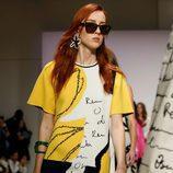 Vestido de manga corta amarillo de Oscar de la Renta primavera/verano 2018 para la Nueva York Fashion Week