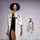 Abrigo blanco de Oscar de la Renta primavera/verano 2018 para la Nueva York Fashion Week
