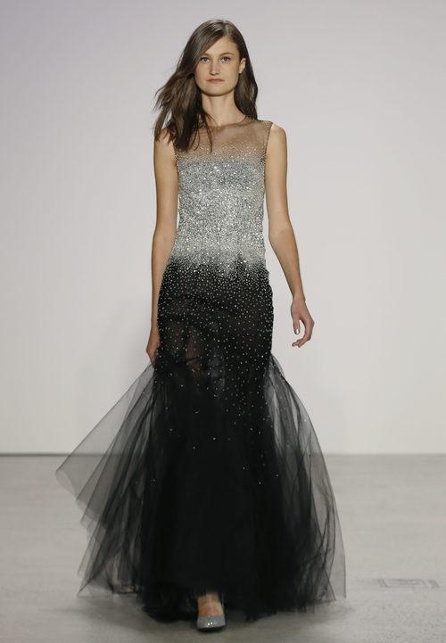 Vestido negro y gris degradado de Oscar de la Renta primavera/verano 2018 para la Nueva York Fashion Week