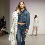 Conjunto camisa y pantalón denim de Oscar de la Renta primavera/verano 2018 para la Nueva York Fashion Week