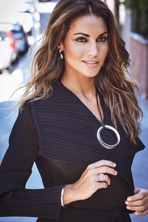 La nueva embajadora de la firma Luxenter, Lara Álvarez, luce joyas circulares en la campaña de otoño/invierno 2017/2018