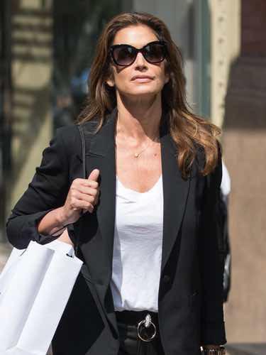 El look black&white de Cindy Crawford para ir de compras por Nueva York