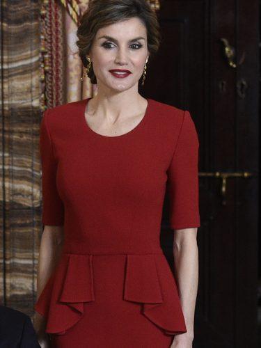 La Reina Letizia con un total red en la recepción de los Premios Cervantes 2016