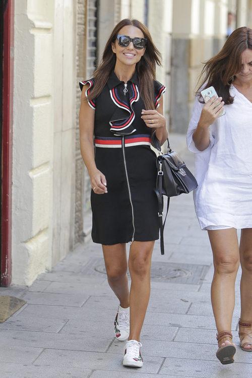 Paula Echevarría con un vestido negro con chorreras por las calles de Madrid
