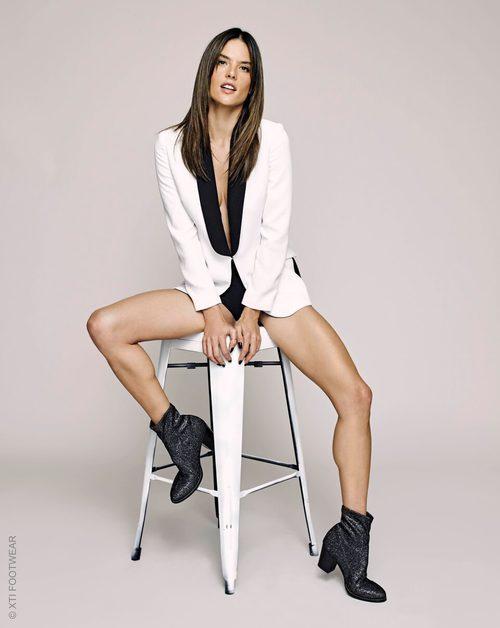 Alessandra Ambrosio luciendo botines sigue siendo la cara de Xti otoño/invierno 2017/2018