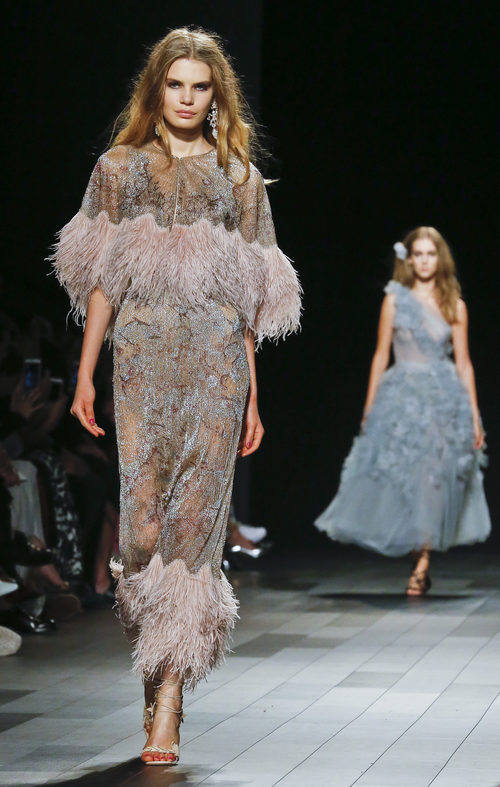 Vestido de flecos brillantes de Marchesa primavera/verano 2018 en la New York Fashion Week