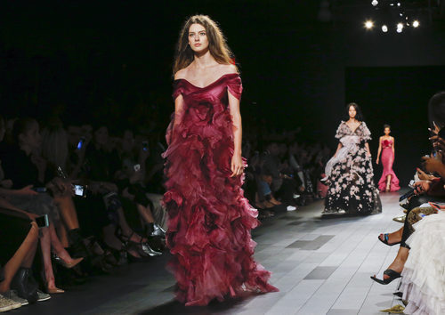 Vestido color burdeos de Marchesa primavera/verano 2018 en la New York Fashion Week