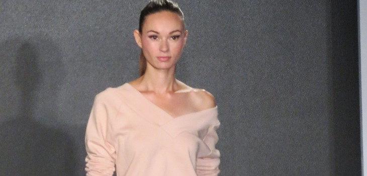 Conjunto deportivo de Eva Longoria colección primavera/verano 2018 en Nueva York Fashion Week