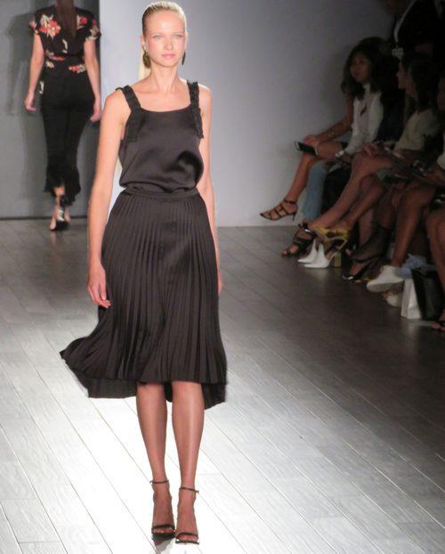 Vestido negro de Eva Longoria colección primavera/verano 2018 en Nueva York Fashion Week