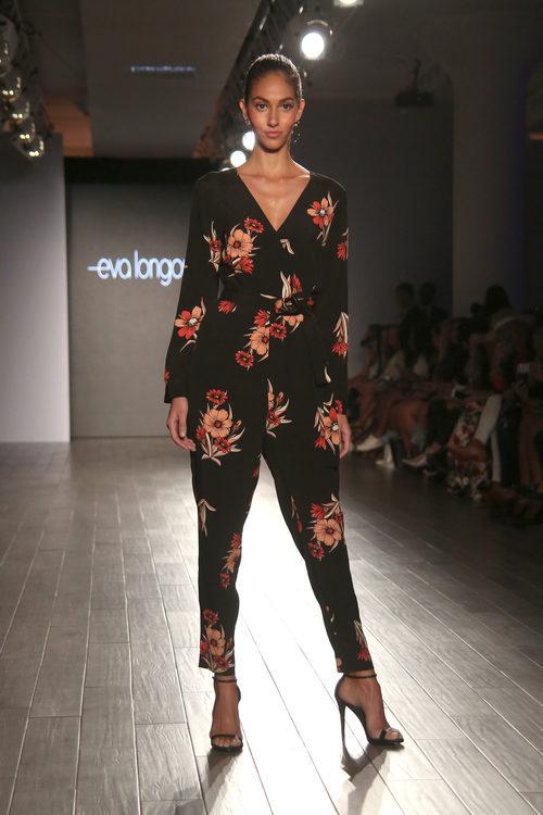 Mono de flores negro de Eva Longoria colección primavera/verano 2018 en Nueva York Fashion Week