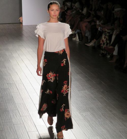 Blusa blanca y pantalón de flores de Eva Longoria colección primavera/verano 2018 en Nueva York Fashion Week