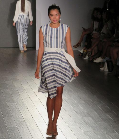 Vestido de rayas azul de Eva Longoria colección primavera/verano 2018 en Nueva York Fashion Week