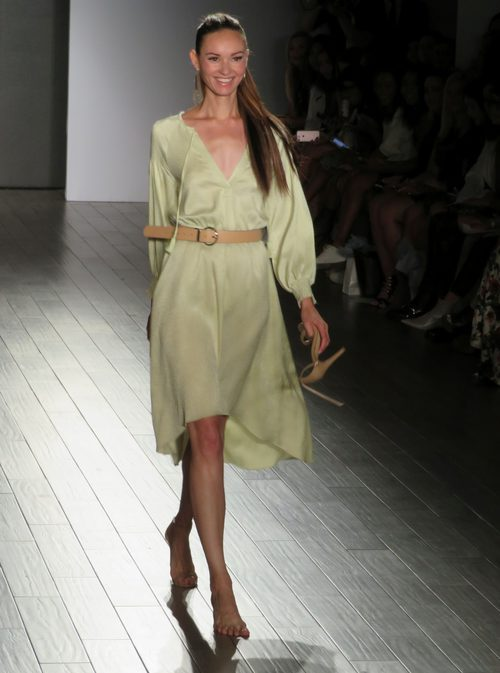 Vestido suelto de Eva Longoria colección primavera/verano 2018 en Nueva York Fashion Week