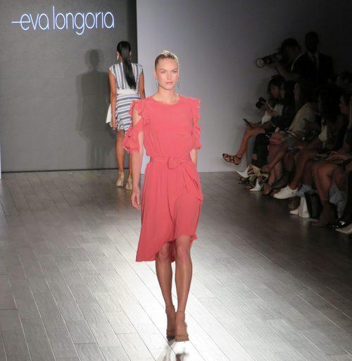 Vestido rosa de volantes de Eva Longoria colección primavera/verano 2018 en Nueva York Fashion Week