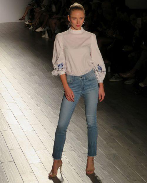 Blusa blanca y vaquero de Eva Longoria colección primavera/verano 2018 en Nueva York Fashion Week