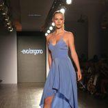 Vestido azul escotado de tirantes Desfile de Eva Longoria colección primavera/verano 2018 en Nueva York Fashion Week