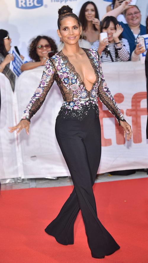 Halle Berry luciendo escotazo en la premiere de su película 'Kings' en el TIFF 2017