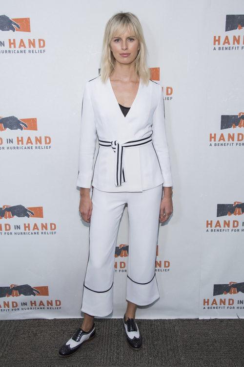 Karolina Kurkova con un look black&white en una gala para recaudar fondos para los afectados por Harvey