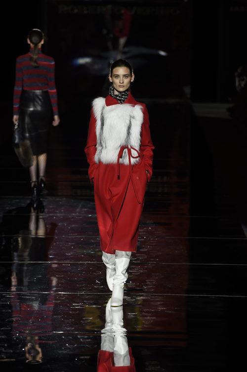 Abrigo rojo de Roberto Verino otoño/invierno 2017/2018 en la Madrid Fashion Week