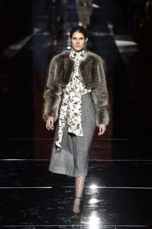 Falda lápiz gris de Roberto Verino otoño/invierno 2017/2018 en la Madrid Fashion Week