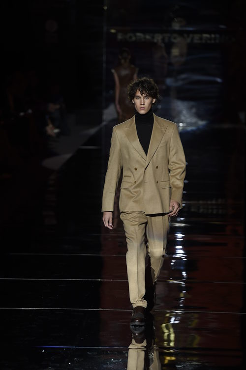 Traje de color camel de Roberto Verino otoño/invierno 2017/2018 en la Madrid Fashion Week
