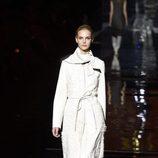 Abrigo color blanco de Roberto Verino otoño/invierno 2017/2018 en la Madrid Fashion Week