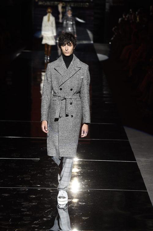 Abrigo de paño gris de Roberto Verino otoño/invierno 2017/2018 en la Madrid Fashion Week