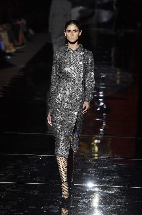 Abrigo metalizado de Roberto Verino otoño/invierno 2017/2018 en la Madrid Fashion Week