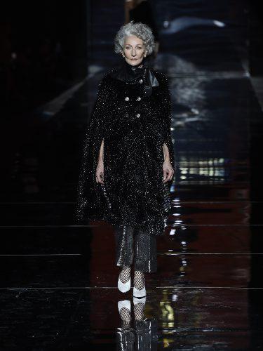 Alicia Borrás desfilando para Roberto Verino colección otoño/invierno 2017/2018 en la Madrid Fashion Week